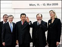 Hugo Chávez reunido con el canciller austriaco Wolfgang Schuessel ( a la izquierda)