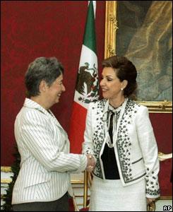 Marta Sahag�n, esposa del presidente mexicano Vicente Fox, saluda a Margit Fischer, la esposa del presidente de Austria, Heinz Fischer.