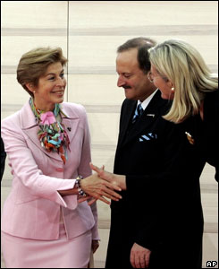 La ministra de Relaciones Exteriores de Colombia, Carolina Barco, es saludada por su hom�loga austriaca, Ursula Passnik.