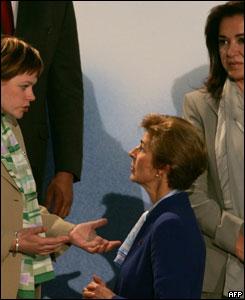 La canciller de Finlandia, Paula Lehtomaki, (izq.) conversa con su hom�loga colombiana. A la derecha,  la ministra griega de Relaciones Exteriores,  Dora Bakoyannis.