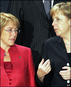 La presidenta de Chile, Michele Bachelet, junto a la jefa de gobierno alemán, Angela Merkel.