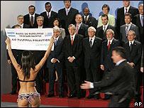 Protesta interrumpe la foto grupal de los presidentes.