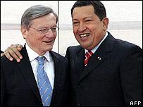 Venezuela's Hugo Chavez embraces summit host Wolfgang Schuessel