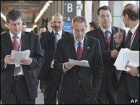 Javier Solana acompa�ado de funcionarios europeos.