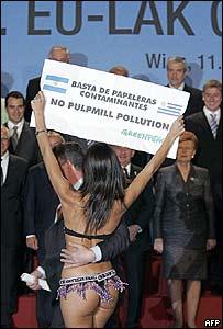 Activista de Greenpeace en bikini irrumpe en la foto final de la cumbre
