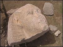 Rostro tallado en piedra.
