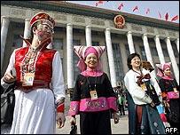 Delegadas vestidas en representación de las minorías étnicas chinas.