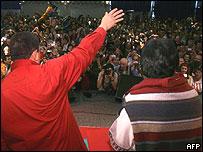 Presidentes Hugo Ch�vez (izq.) y Evo Morales, saludan durante la contracumbre.