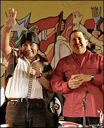 Presidentes Hugo Ch�vez (izq.) y Evo Morales, en la contracumbre.