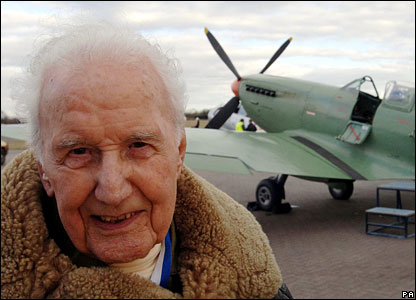 Alex Henshaw in front of a Spitfire