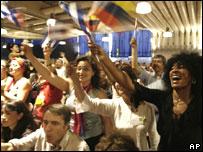 Simpatizantes escuchan al presidente Ch�vez durante la cumbre alternativa