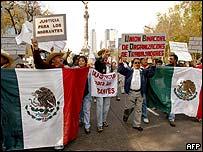 Trabajadores con bandera mexicana