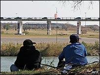 Mexicanos esperando para cruzar ilegalmente la frontera con Estados Unidos.