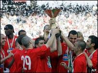 Jugadores del Juventus levantan el trofeo de campeones de Italia