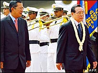 Cambodian Prime Minister Hun Sen (L) and Vietnamese Prime Minister Phan Van Khai (R) walk past an honour guard during a welcoming ceremony at Phnom Penh International Airport, 06 March 2006.