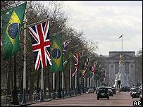 Banderas de Brasil y el Reino Unido, frente al Palacio de Buckingham.