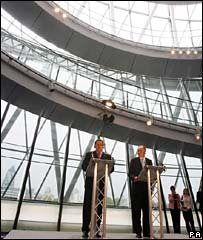 Mr Chavez and Mr Livingstone give a press conference at City Hall
