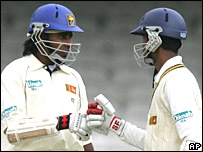 Sri Lanka's Nuwan Kulasekara (right) and Chaminda Vaas discuss tactics
