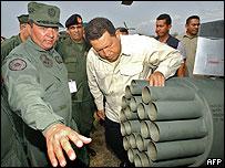 El presidente Hugo Chávez revisa un lanza cohetes de un helicóptero comprado a Rusia. (Foto Archivo)
