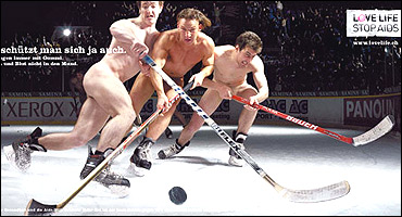 Poster anti-SIDA con jugadores de hockey sobre hielo desnudos.