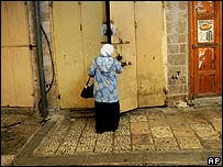Arab-Israeli woman closes shop in Akko, 8 August 2006