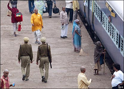 Indian troops patrol Varanasi station 8 March 2006