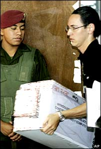 Funcionarios electorales y militares vigilan el recuento
