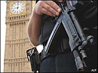 Agente de seguridad armado, en el centro de Londres.