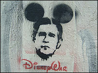 Disney War, un graffiti que muestra a George W. Bush con orejas de Mickey Mouse