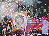 Supporters of Raj Thackeray celebrating his exit from Shiv Sena