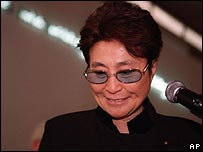 Yoko Ono talks to journalists at the Israel Museum