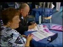 Meryl Gravell (chwith) a Hugh Thomas, Llywydd Llys yr Eisteddfod