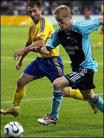 Damien Duff (right) is pursued by Denis Kacanovs