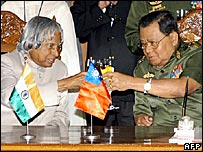 Indian President APJ Kalam (left) and Burmese head of state Gen Than Shwe (r)