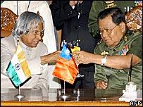 Indian President APJ Kalam (left) and Burmese head of state Gen Than Shwe (r)