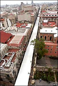 Una tienda de campaña de cerca de 2 km montada por el PRD en una calle céntrica de la Ciudad de México