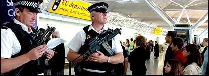 Policías custodian el aeropuerto de Stansted.