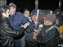 Simpatizantes de López Obrador chocan con la policía