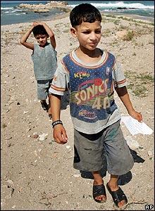 Niños libaneses recogen los folletos israelíes