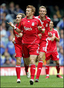 Boudewijn Zenden (l) and Peter Crouch (r) celebrate with goal-scorer John Arne Riise