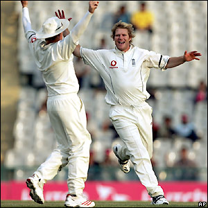 Ian Bell and Matthew Hoggard celebrate the fourth wicket