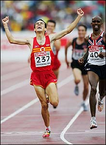 Spain's Jesus Espana leaves it late to beat Britain's Mo Farah in the men's 5000m