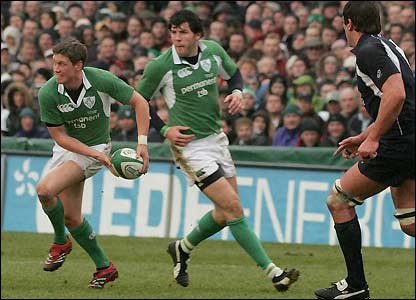 Ronan O'Gara passes the ball