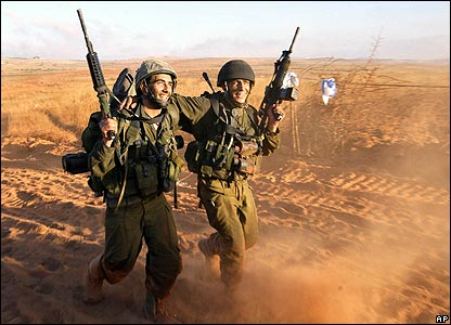 Smiling Israeli soldiers return to northern Israel