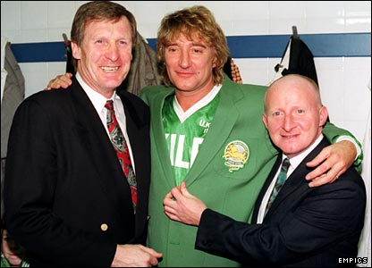 Ex-Celtix boss Billy McNeil and Rod Stewart pose with the diminutive Johnstone