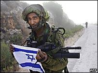 Soldado israelí sosteniendo una bandera de su país