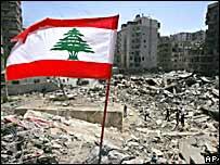 Bandera libanesa flamea sobre ruinas de edificios bombardeados en el sur de Beirut.