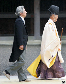 Prime Minister Koizumi follows a Shinto priest into the Yasukuni shrine