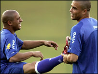 Roberto Carlos and Ronaldo in a stretching session with Brazil
