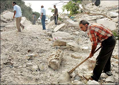 Man tries to clear road east of Tyre - 14 August 2006